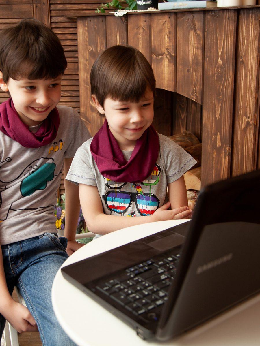 deux enfants devant un ordinateur